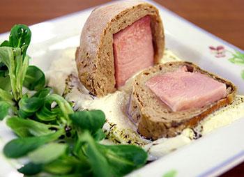 Osterschinken in Brotteig mit Senfschaum und Vogerlsalat