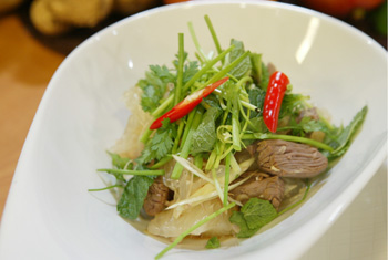 Rindfleischsalat mit Pomelos und frischen Kräutern