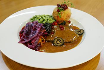 Tiroler Gamsschlegel im Ganzen mit Spinatspätzle und Rotkraut
