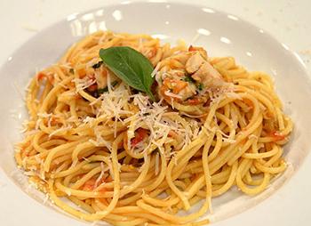 Spaghetti mit Curry-Tomaten-Sauce und Kaninchenrücken