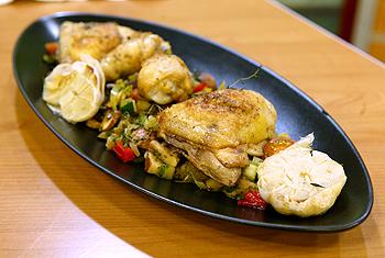 Knoblauchhuhn mit Pastis auf mediterranem Gemüse