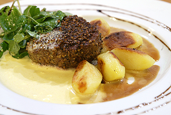 Filet vom Jungstier in Pfefferkorianderkruste mit Sauce Mousseline
