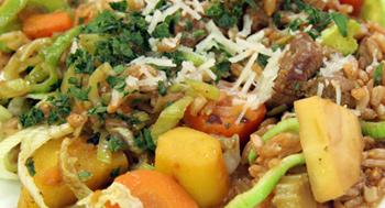 Junglamm mit Gemüse aus dem Wok und Dinkelreis