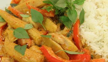 Thai-Curry mit Huhn, Paprika und feiner Erdnussnote in roter Curry-Kokosmilchsauce