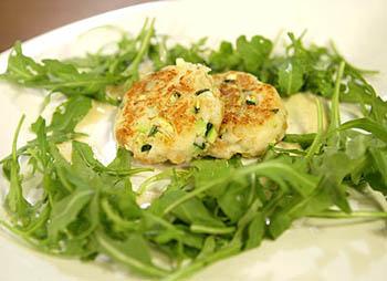 Fischpflanzl mit süßer Senfsauce und Rucolasalat