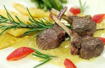 Lammkoteletts an Rosmarinsauce mit gebratener Polenta und Bohnengemüse