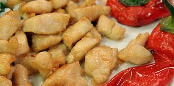 Knoblauchhuhn mit rotem Spitzpaprika und Petersilienreis