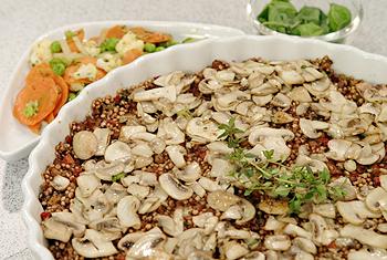 Hirse-Tofu-Schnitten mit Champignons und buntem Gemüse