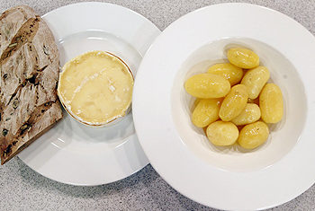 Im Ganzen mit Süßwein geschmolzener Camembert