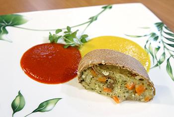 Kartoffelstrudel an roter und gelber Paprikasauce