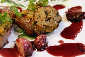Rinderrücken mit Pilzkruste und Schmorschalotten