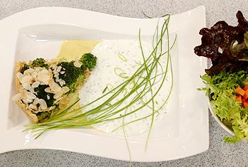 Broccoli-Schinken-Mandeltorte mit Schnittlauchsauce und Blattsalatvariation