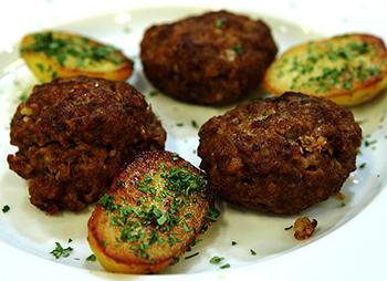 Faschierte Laibchen mit Bratkartoffeln und Salat