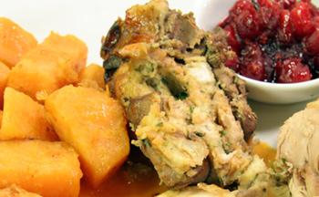 Gefüllter Truthahn mit Cranberrysauce und Süßkartoffeln