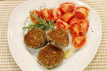 Zucchini-Mohnlaibchen mit in Zimtöl geschmorten Tomaten