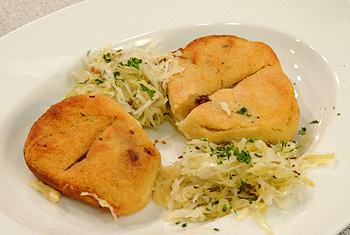 Gebackene Fleischknödel mit warmem Krautsalat