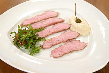 Vitello tonnato mit Crème vom weißen Thunfisch und Tomaten-Rucola-Salat