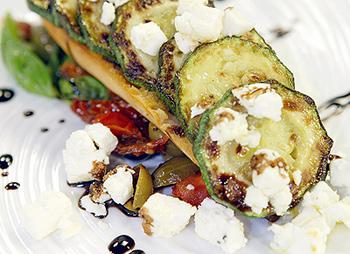 Mediterranes Zucchini-Baguettini mit Schafskäse
