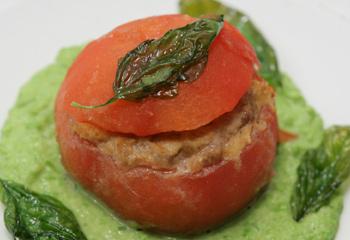 Gefüllte Tomaten auf Erbsenpüree