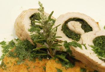 Gefüllte Putenroulade mit Blattspinat und Maiscrêpes