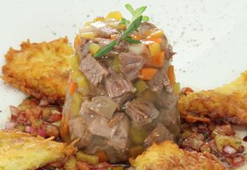 Rindfleischsulz mit Sauerkraut-Kartoffelpuffer und Paprikavinaigrette