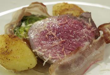 Pochiertes Rinderfilet mit Bratkartoffeln und braisierten Salatherzen