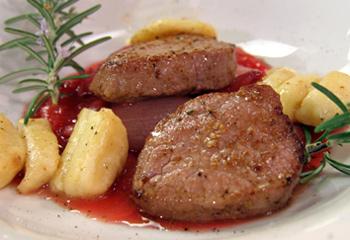 Maibockrücken mit Rhabarber-Schalotten und Gnocchetti