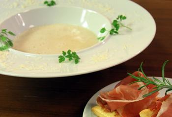 Parmesan-Cremesuppe mit Pizzabrot