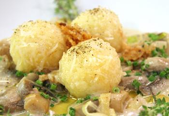 Mozzarella-Erdäpfelknödel auf Champignon-Lauchcreme
