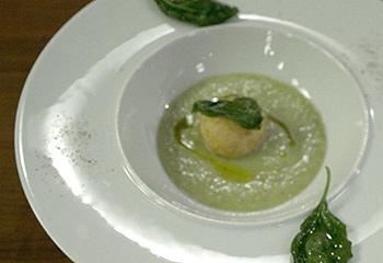 Geeiste Suppe von grünen Tomaten mit Kartoffel-Knoblauch-Knödeln