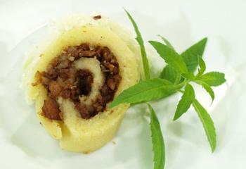 Erdäpfel-Grammel-Roulade auf lauwarmem Krautsalat