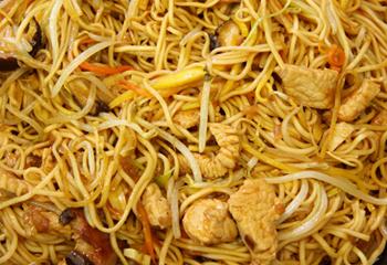 Asiatische Nudeln mit Putenbrust und Sojasprossen