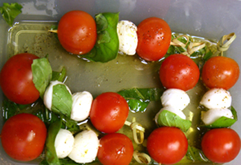 Mozzarellaspieße und Prosciuttoröllchen