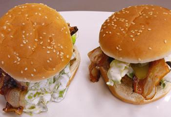 Gegrillter Hamburger mit Salzgurke