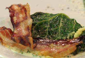 Polenta-Kohl-Roulade mit warmer Schnittlauchsauce