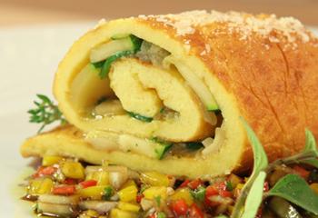 Käseroulade mit Zucchini und Champignons auf Paprikavinaigrette