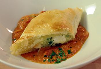 Kartoffelstrudel mit geräuchertem Mozzarella auf Tomatencreme