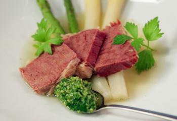 Rindfleisch mit Spargel und pikanter Sauce