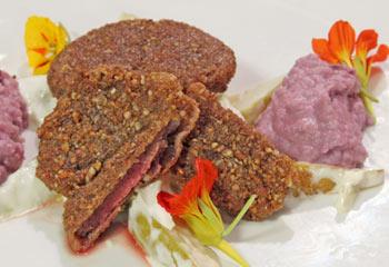 Rehschnitzel mit Sellerie-Birnensalat und Rotkrautpüree