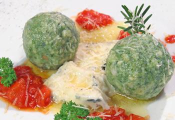 Spinatknödel auf parfümierten Gorgonzola mit Schmelztomaten