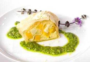 Süßkartoffel-Selleriestrudel mit Minze und Basilikum
