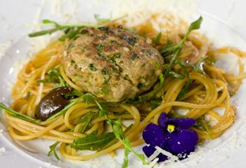 Pikante Kalbfleischbällchen mit Spaghetti Puttanesca