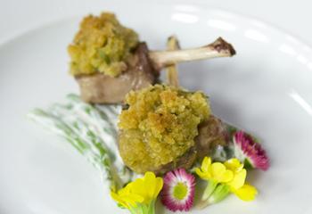 Gebratene Lammkoteletts mit Kräuterbröseln auf Prinzessbohnen