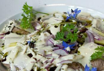 Mariniertes Rindfleisch mit Käferbohnen und Krenschaum