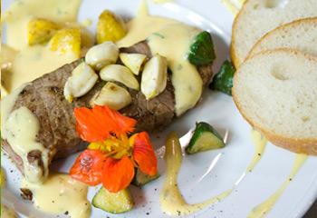 Rumpsteak mit gebratenen Patissons und Sauce Béarnaise