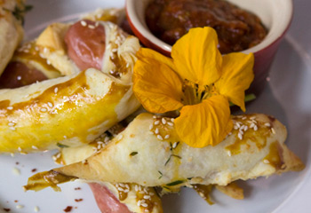 Würstel im Teigmantel mit Salsa picante