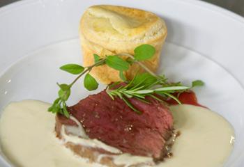 Gebratenes Rinderfilet mit Krensauce und Yorkshire-Pudding