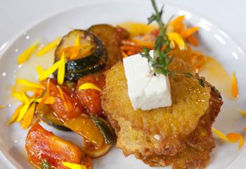 Schafskäse-Kartoffel-Puffer auf Schmorgemüse