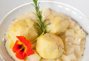 Kartoffel-Speckknödel auf eingemachtem Kohlrabi