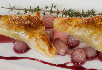 Thunfisch-Blätterteigtascherl mit Perlzwiebeln